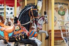 Konie na karnawałowy Wesoło Idą Round Stary Francuski carousel w wakacyjnym parku Duży rondo przy jarmarkiem w parku rozrywki Zdjęcie Royalty Free