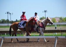 Konie wyścigowi i dżokeje galopujący zdjęcia royalty free