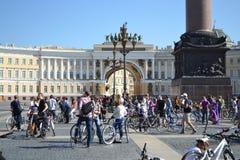 Koniec jeździć na rowerze na pałac kwadracie st Petersburg obrazy royalty free