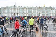 Koniec jeździć na rowerze na pałac kwadracie st Petersburg zdjęcia stock