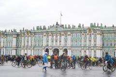 Koniec jeździć na rowerze na pałac kwadracie st Petersburg fotografia stock