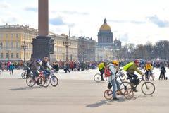 Koniec jeździć na rowerze na pałac kwadracie st Petersburg zdjęcia royalty free