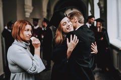 Koniec nauka uniwersytet rodzice gratulacje zdjęcia royalty free