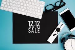12 12 koniec roku sprzedaży pojęcie, odgórny widok workspace na błękitnym tle fotografia stock