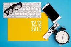 12 12 koniec roku sprzedaży pojęcie, odgórny widok workspace na błękitnym tle zdjęcia royalty free