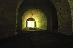 koniec tunelu światła Zaniechany Tarakaniv fort w letnim dniu Tarakaniv, Rivne oblast, Ukraina obrazy stock
