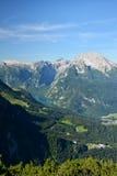 Konig sehen Ansicht und bayerische alpine Berge Lizenzfreies Stockbild