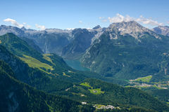 Konig sehen Ansicht und bayerische alpine Berge Stockfotografie
