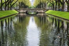 Konigsallee街道的河在杜塞尔多夫,德国 免版税库存照片