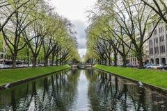 Konigsallee街道的河在杜塞尔多夫,德国 免版税图库摄影