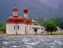 Konigsee sjö- och Sts Bartholomew kyrka, Tyskland Royaltyfri Bild