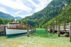 Konigssee湖轮渡船靠了码头在Schonau口岸,巴伐利亚,德国 库存照片
