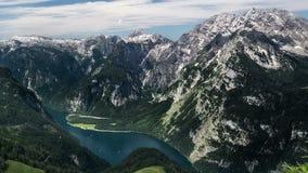 Konigssee con las montañas de Berchtesgaden de time lapse almacen de video
