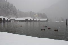 Konigssee See am Blizzard in der Winterzeit Berchtesgaden, Bayern, Deutschland Lizenzfreies Stockfoto