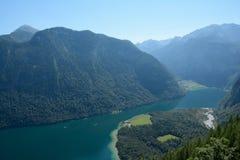 Konigssee sjö i dalen i fjällängar Arkivfoton