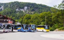 Konigsseemeer, het Duits - Mei 29, 2018: De bussen zijn op het busparkeren in de bergen stock afbeelding