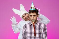 Konijn die de gedronken mens over purpere achtergrond bang maken De partij van de verjaardag royalty-vrije stock foto