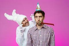 Konijn die de gedronken mens over purpere achtergrond bang maken De partij van de verjaardag stock foto's