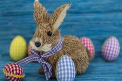 Konijn, konijntje, Kleurende eieren, geschilderde, blauwe gekleurde achtergrond, groen, geel, rood, oranje, Royalty-vrije Stock Foto's