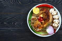 Konijn op een grill in een mosterd romige saus Het diner van het huwelijk met gerookt broodjesvlees en tomaten Gastronomisch voed stock foto's