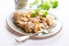 Konijnenvlees met deegwaren en plantaardige saus Royalty-vrije Stock Afbeelding