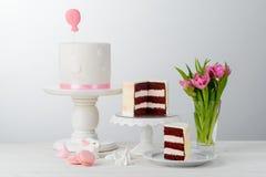 Konijntje, tulpen en cakes stock afbeeldingen