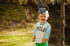 Konijntjesbaby in groen gras Gelukkige kinderjaren in openlucht Royalty-vrije Stock Afbeeldingen