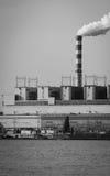 Konin, Polônia Central elétrica de trabalho, chaminés de fumo Imagem de Stock