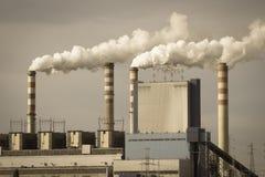 Konin, Polonia Central eléctrica de trabajo, chimeneas que fuman Imagen de archivo