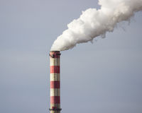 Konin, Polonia Central eléctrica de trabajo, chimeneas que fuman Fotos de archivo