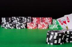 Koning, aas, zwarte, rode en groene casinospaanders op lijst Royalty-vrije Stock Afbeelding