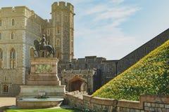 Koning Charles II Standbeeld bij de Hogere Afdeling en de Vierhoek van Windsor Castle, een koninklijke woonplaats in Windsor, Ber stock foto's