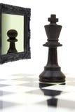 Koning die in de spiegel kijken Stock Fotografie