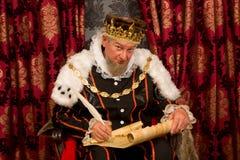 Koning die nieuwe wet ondertekenen Stock Foto