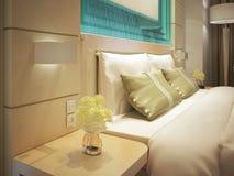 Koning gerangschikt bed in een bedrijfshotelruimte Stock Foto