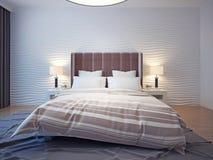 Koning gerangschikt bed in een hotelruimte Stock Afbeeldingen