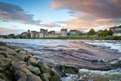 Koning John Castle bij rivier Shannon Stock Fotografie