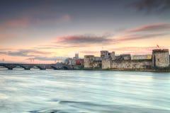 Koning John Castle bij zonsondergang in Limerick Stock Foto's