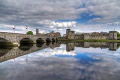 Koning John Castle met perfecte bezinning Stock Fotografie