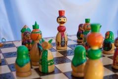 Koning met andere panden op het schaakbord stock afbeelding