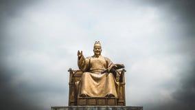 Koning Sejong Monument tegen Bewolkte Hemel bij Gwanghwamun-Vierkant in Seoel, Zuid-Korea stock footage