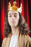 Koning tegen rood gordijn Royalty-vrije Stock Afbeeldingen