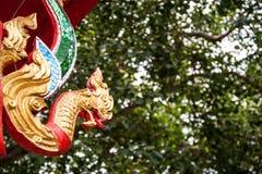 Koning van het gouden Boedha standbeeld van Nagas royalty-vrije stock fotografie