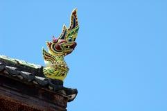 Koning van Nagas-standbeeld op blauwe hemel Royalty-vrije Stock Afbeeldingen