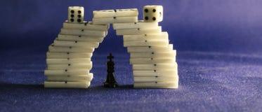Koning van schaak en domino's Stock Afbeeldingen