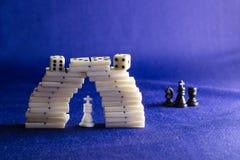 Koning van schaak en domino's Stock Foto