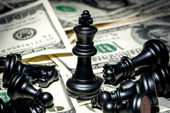 Koning van schaak op dollarachtergrond Stock Fotografie