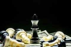Koning van schaak op dollarachtergrond Stock Afbeelding
