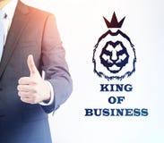 Koning van zaken met omhoog duim royalty-vrije stock afbeelding