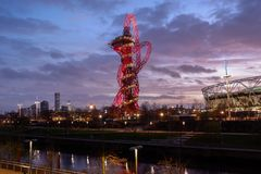 Koningin Elizabeth Olympic Park bij nacht, Londen, stock foto